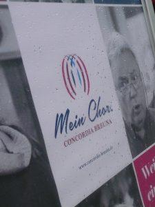 Plakat im Regen