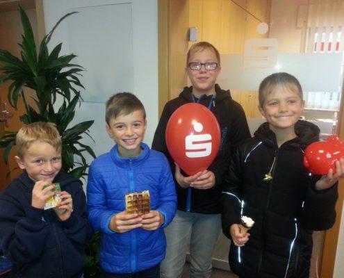 Kinder beim Weltspartag in der Kasseler Sparkasse in Breuna
